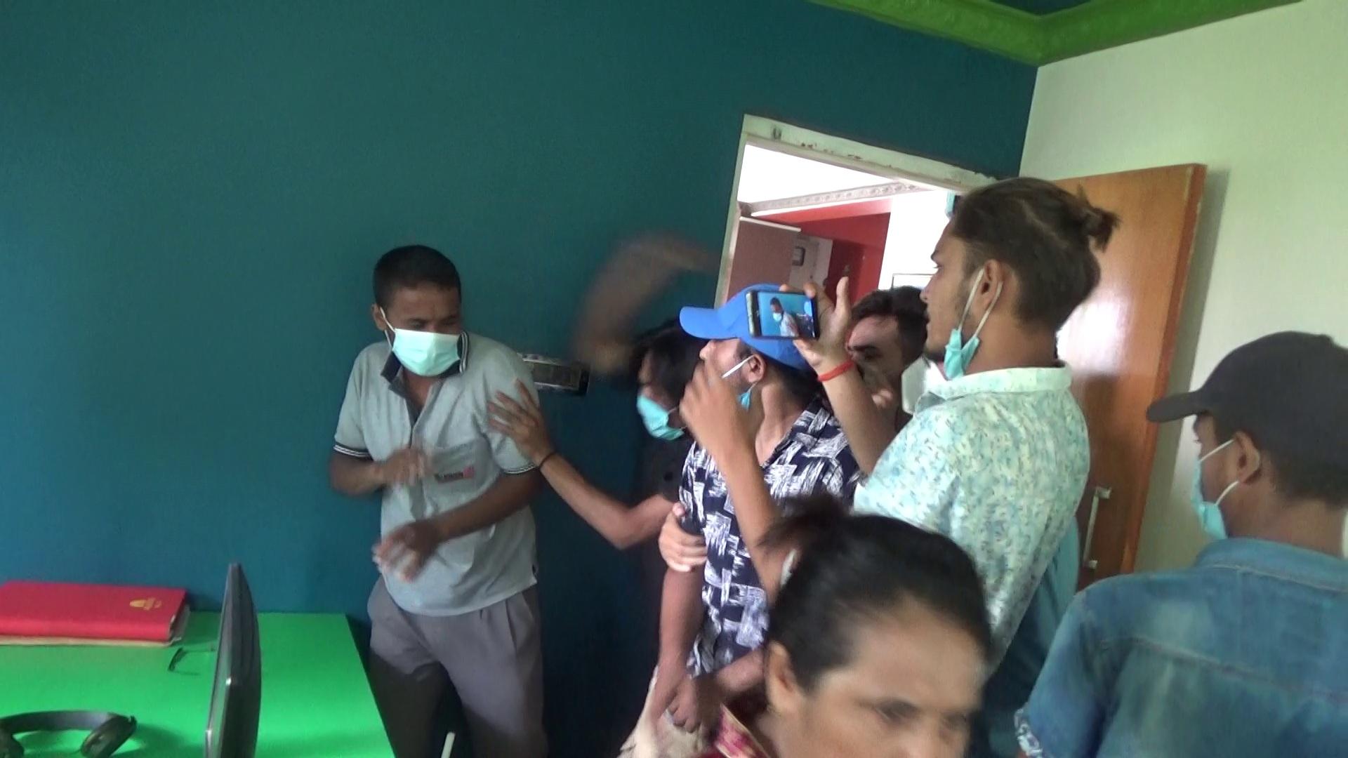 दिनेश संचारगृहभित्र प्रवेश गरि पत्रकारलाई हमला