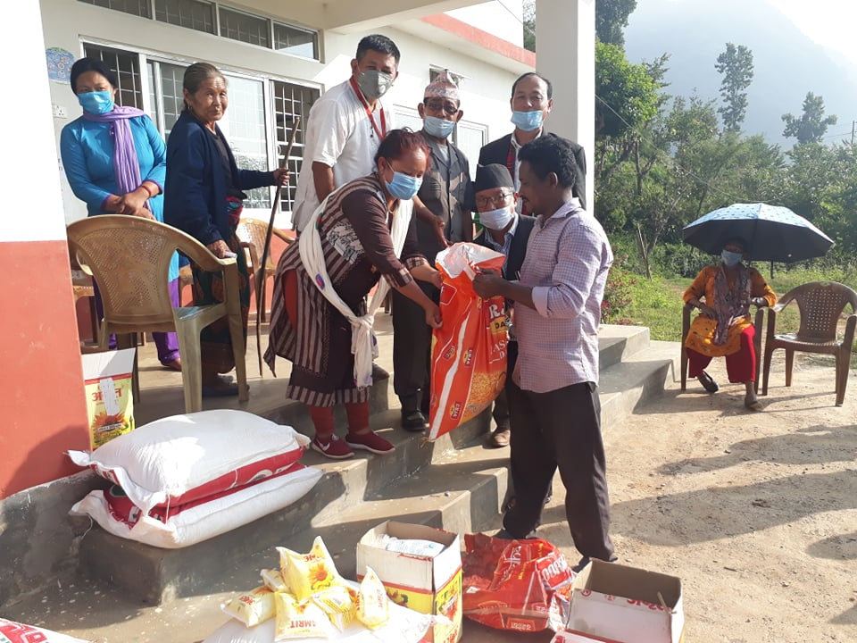 साँगुरीगढी गाउँपालिकाका बाढिपहिरो पीडित परिवारलाई सहयोग