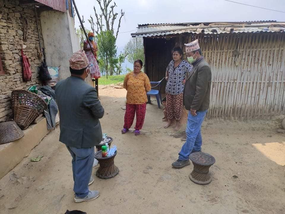 सहिदभूमी गाउँपालिकाले कोरोनाले ज्यान गुमाएका परिवारलाई २० हजार दिने, घरै पुर्याए औषधि र स्वास्थ्य सामग्री